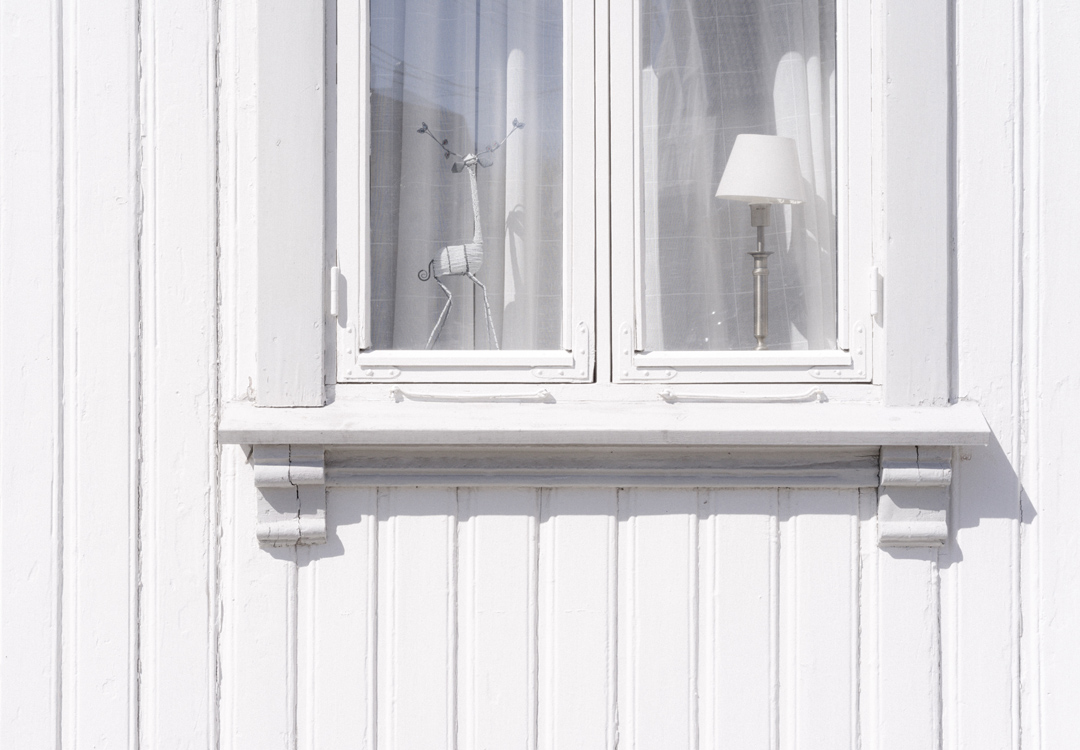 You are currently viewing How to paint a window sill
